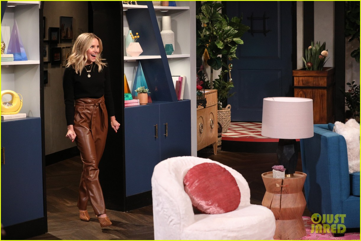 kristen bell has cry off with busy philipps on busy tonight 08