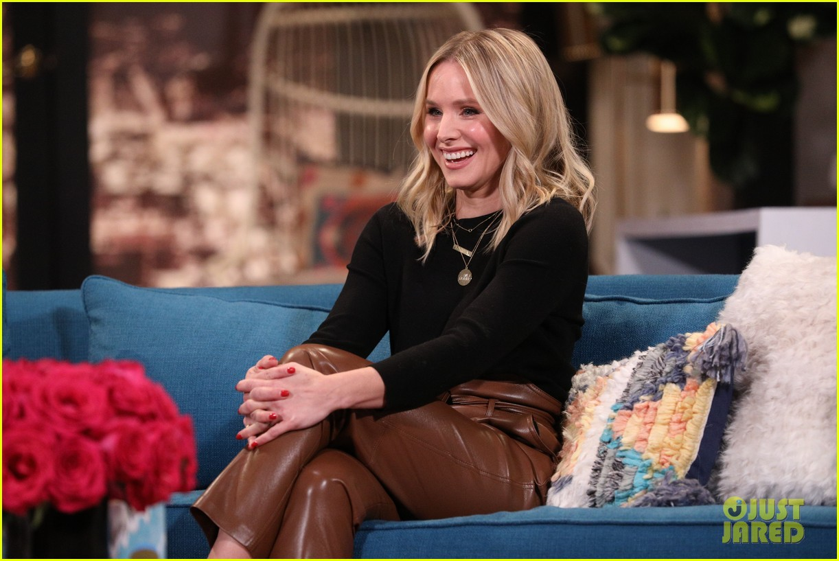 kristen bell has cry off with busy philipps on busy tonight 09