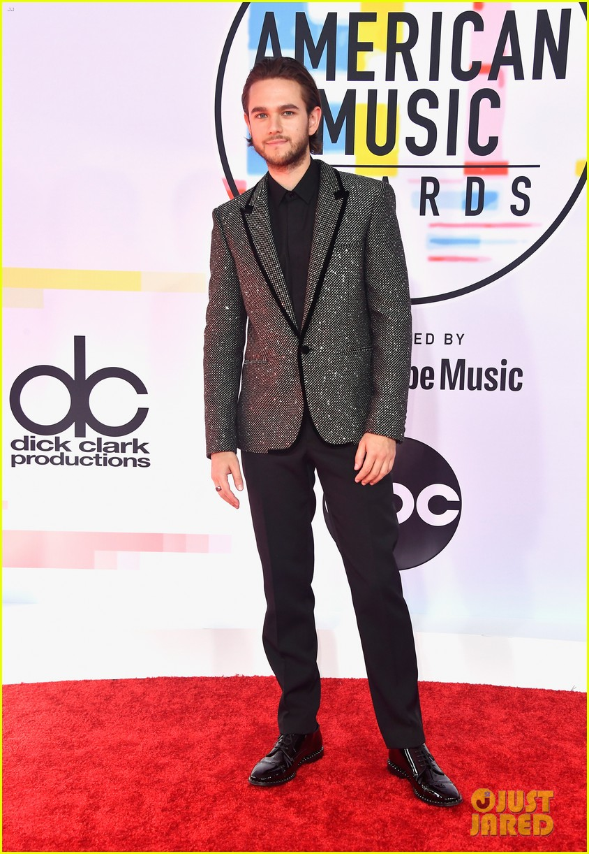 the chainsmokers zedd suit up for american music awards 014161701