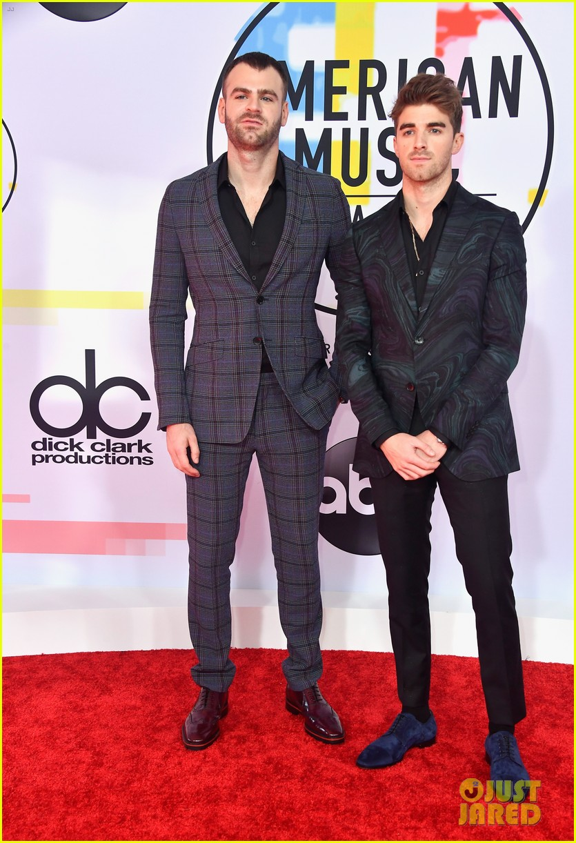 the chainsmokers zedd suit up for american music awards 044161704
