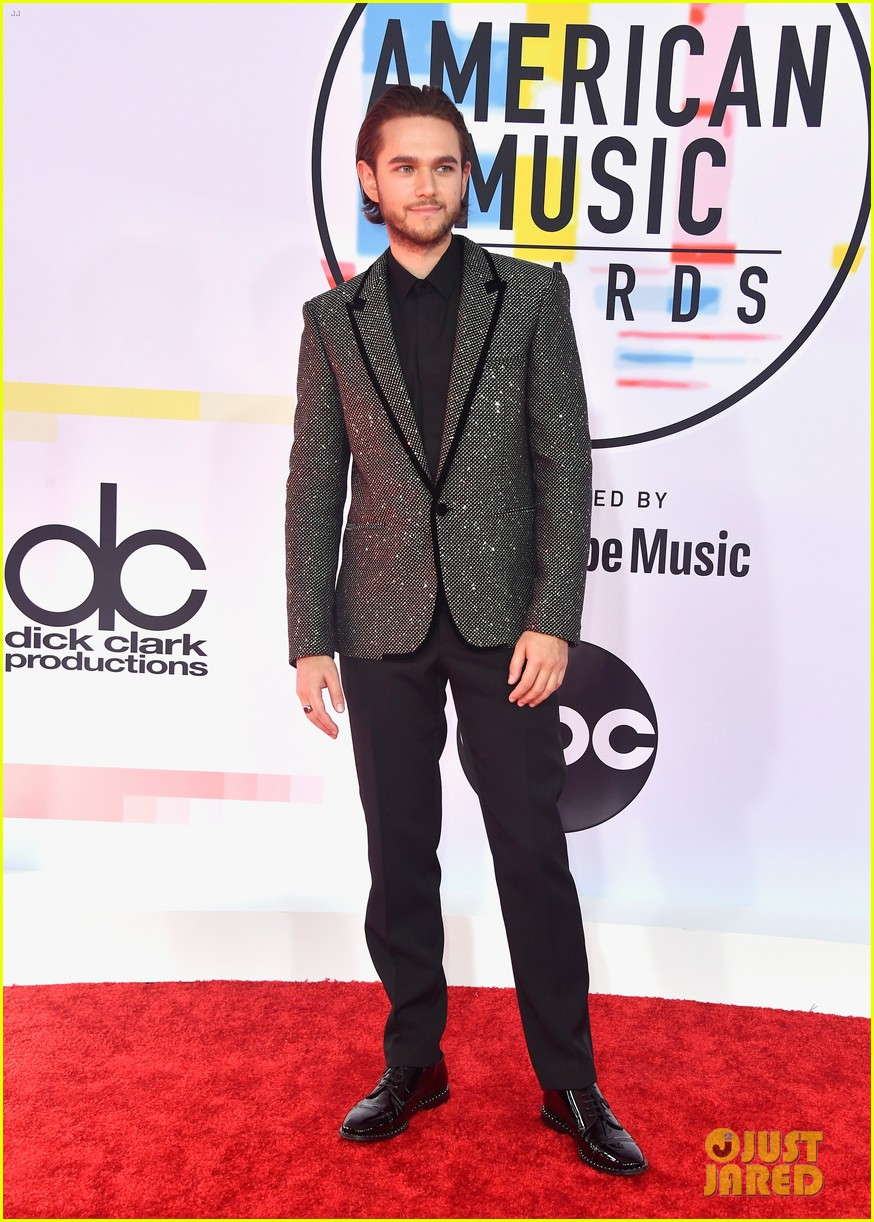 the chainsmokers zedd suit up for american music awards 054161705