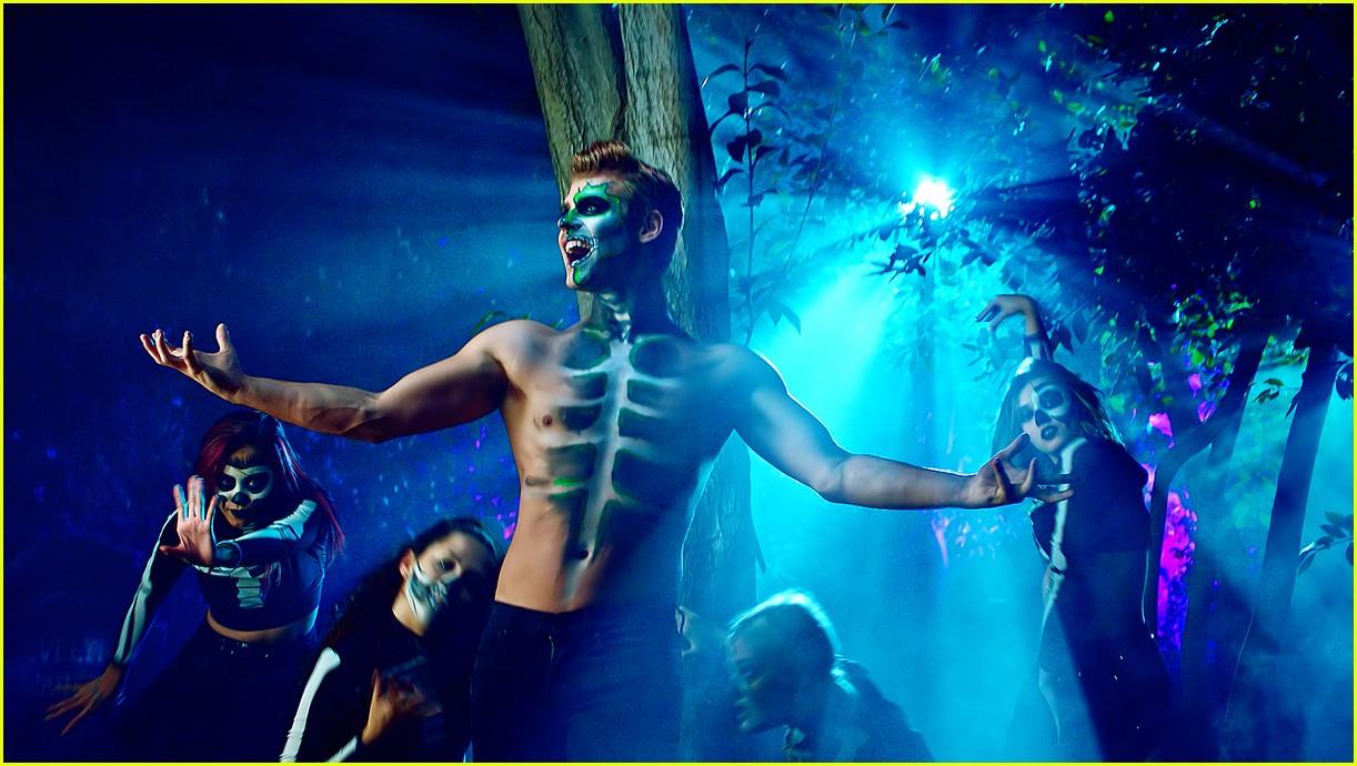 garrett clayton ashley argota put a spell on you music video hocus pocus anniversary054168848