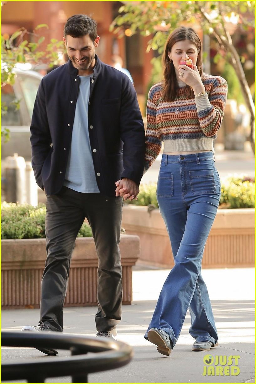 alexandra daddario tyler hoechlin hold hands on set of new rom com 13
