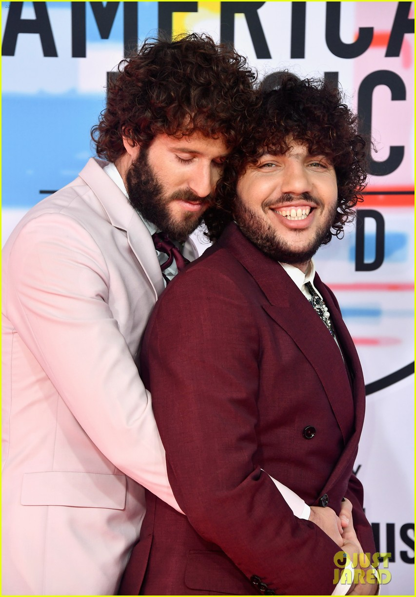 Lil Dicky Benny Blanco Do A Prom Pose On Amas Red Carpet Photo