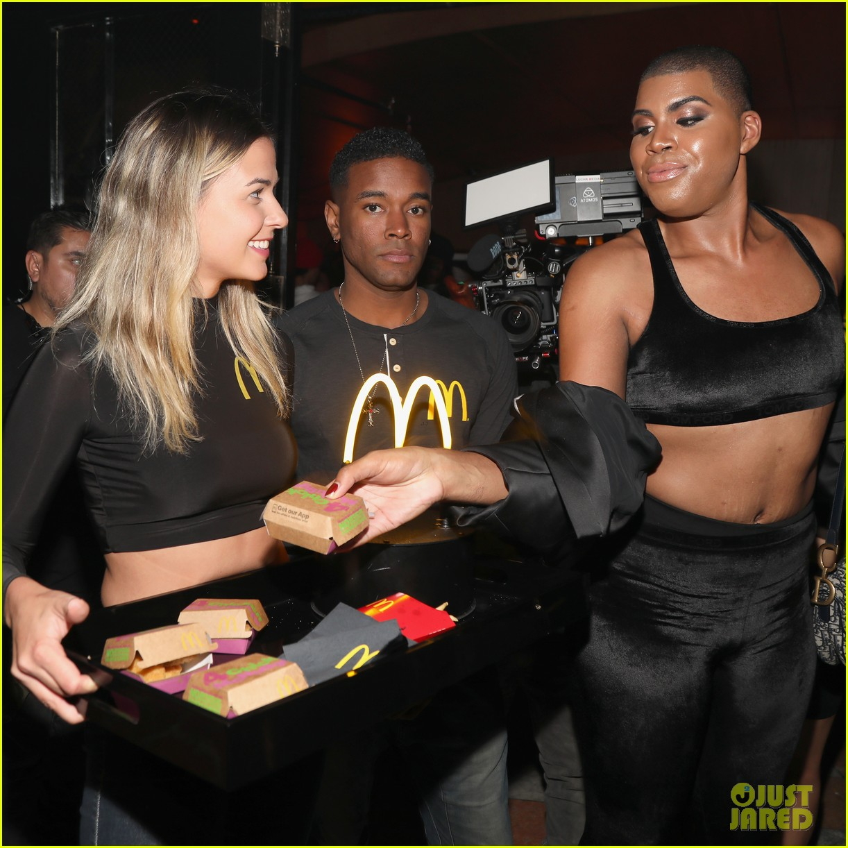 drake surprises fans with mcdonalds at tour after party 014166678