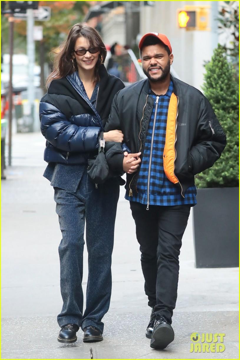 Bella Hadid terlihat saling senyum saat berkencan di New York City (dok. Just Jared)