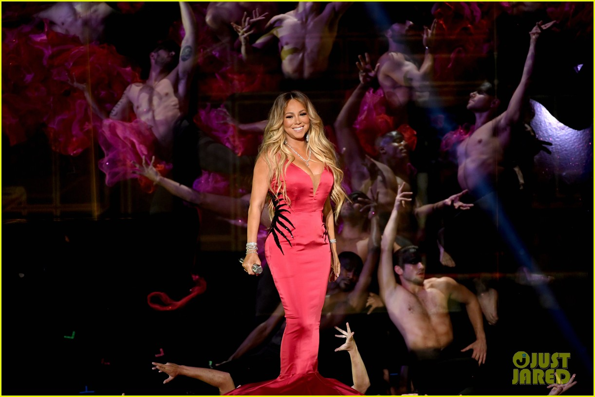 Mariah Carey Wears Dramatic Dress For Amas 2018 Performance Of With