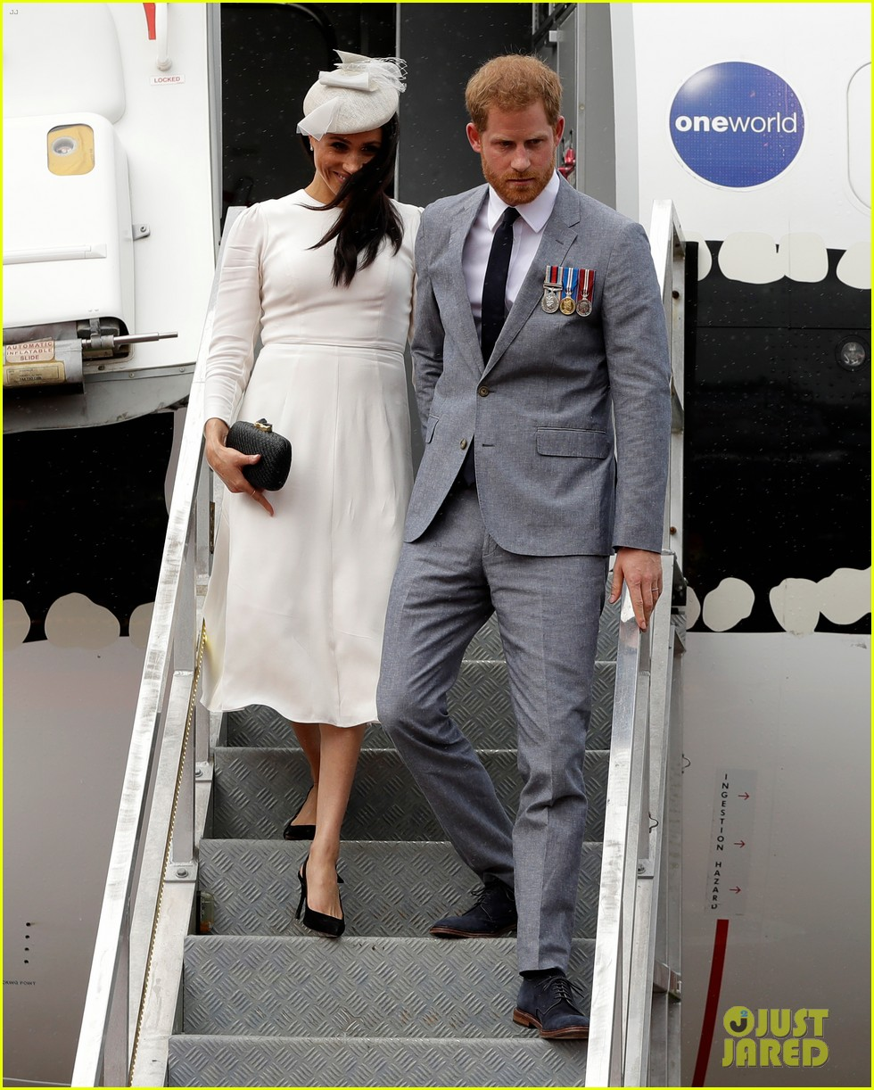 pregnant meghan markle and prince harry touch down in fiji024169224