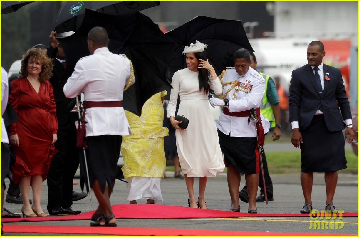 pregnant meghan markle and prince harry touch down in fiji044169226