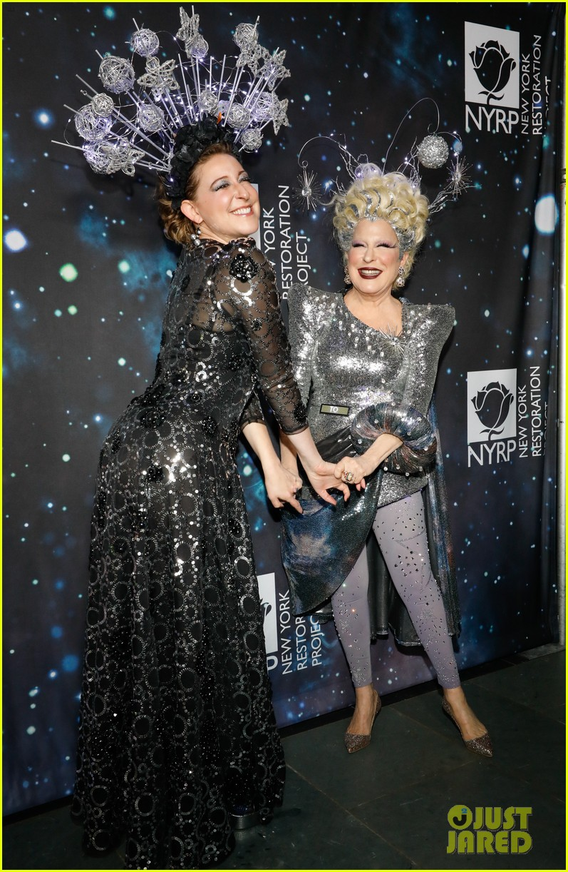 bette midler hosts cosmic themed halloween bash for new york restoration project 084173142