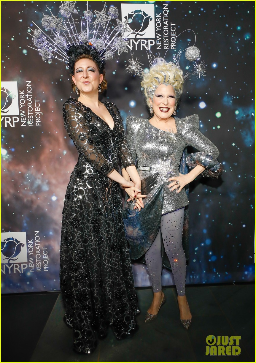 bette midler hosts cosmic themed halloween bash for new york restoration project 094173143