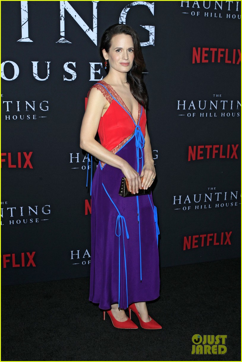 sarah paulson supports the haunting of hill house cast at season 1 premiere 024161295