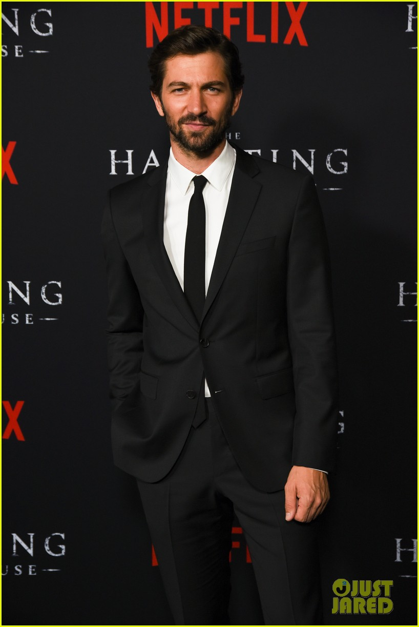 sarah paulson supports the haunting of hill house cast at season 1 premiere 034161296