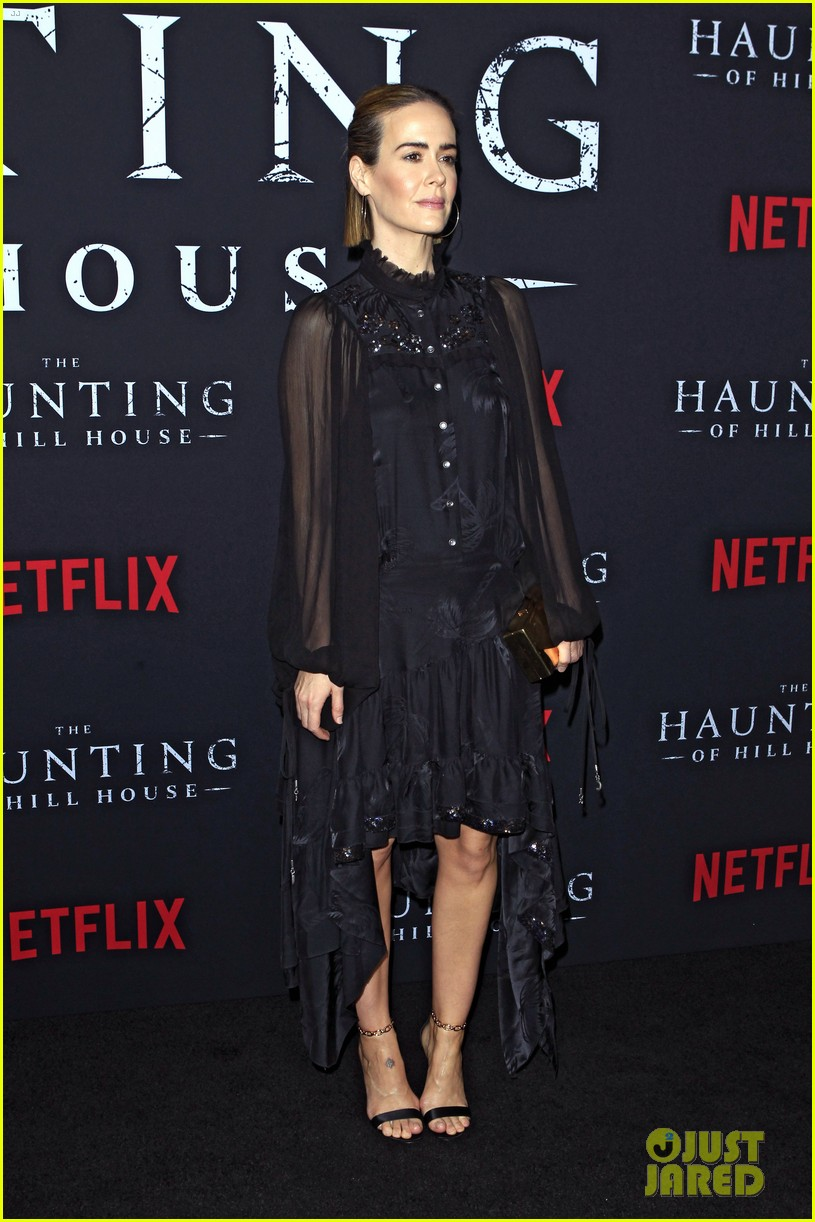 sarah paulson supports the haunting of hill house cast at season 1 premiere 054161298