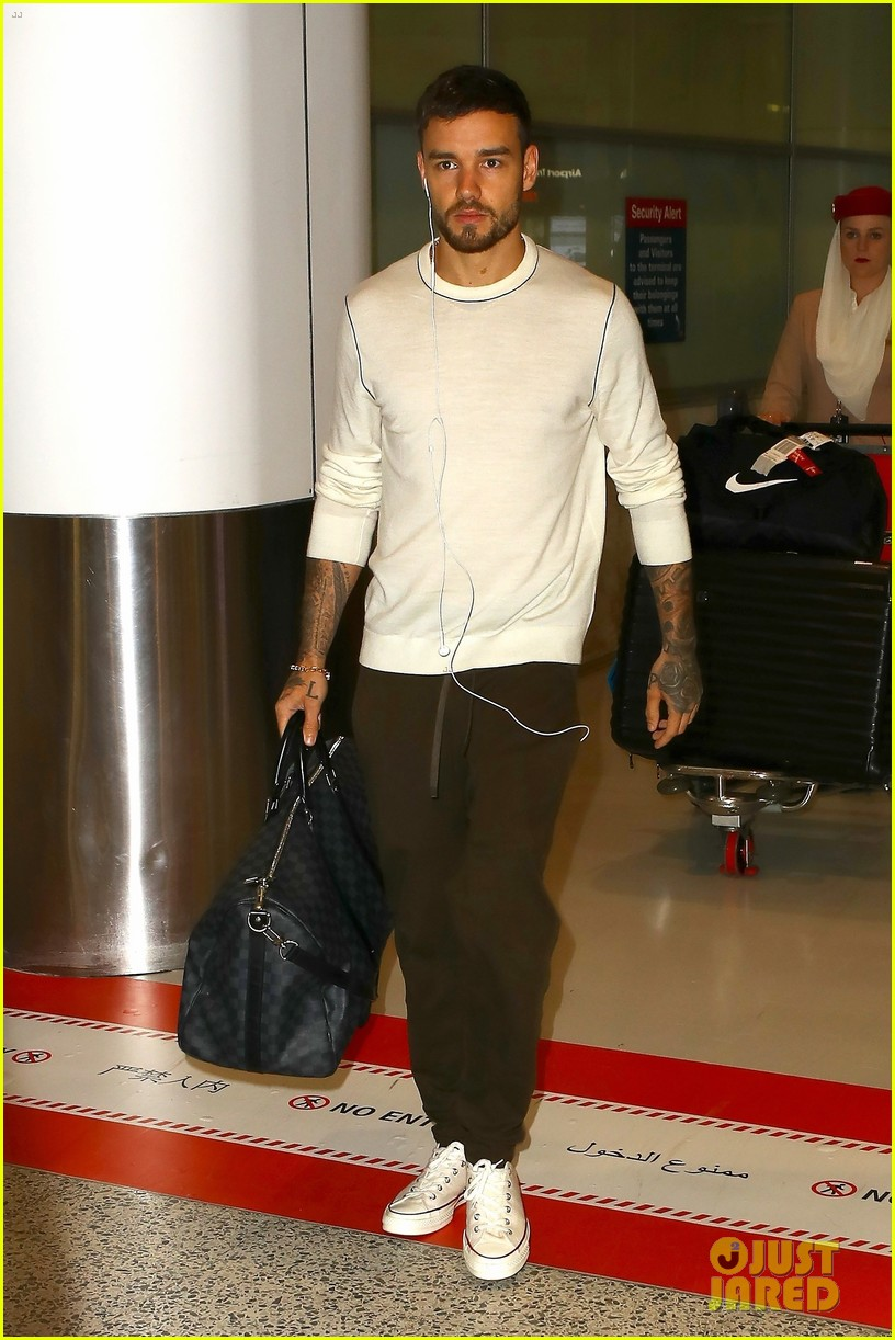 liam payne keeps things cool for his flight into sydney 024162847