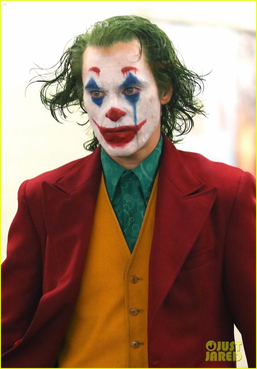 joaquin-phoenix-joker-subway-full-makeup