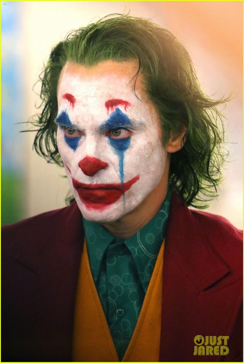 Joaquin Phoenix S Joker Casually Walks Through Nyc Subway In