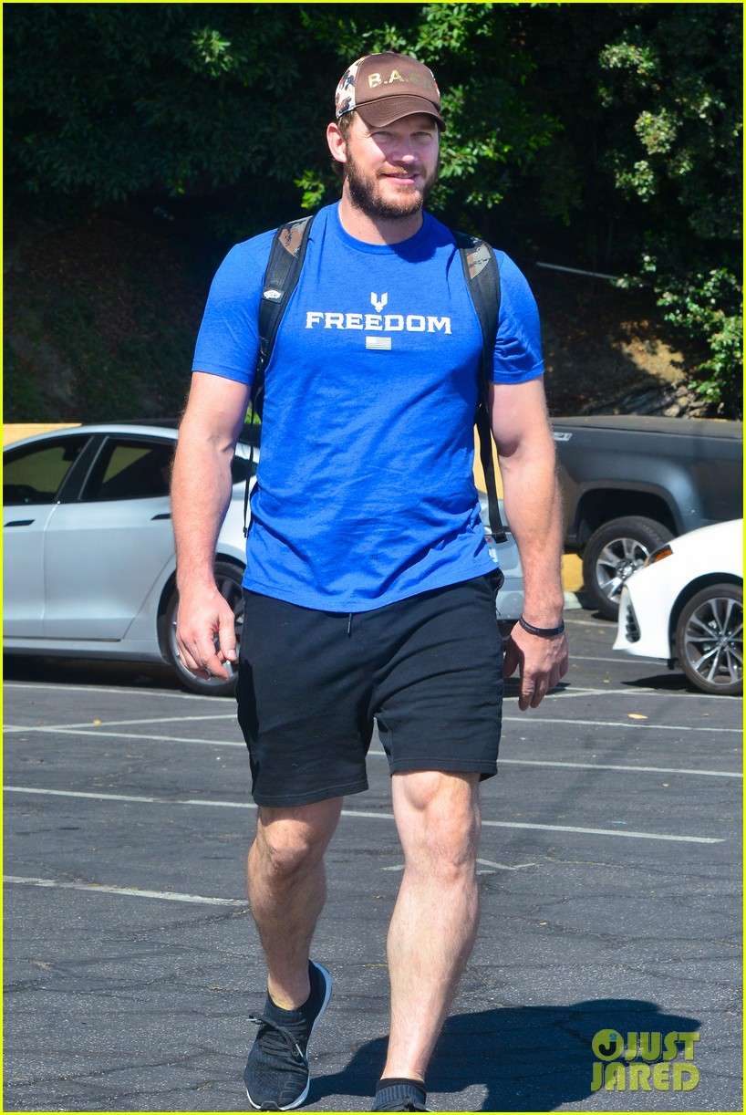 chris pratt shows off bulging biceps at the gym 054163160