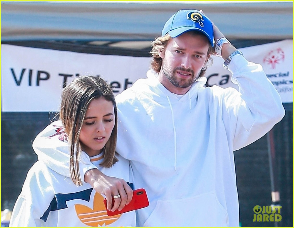 patrick schwarzenegger wraps arms around friend while out with maria and christina08