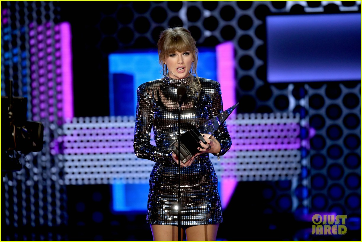 taylor swift teases the next chapter amas 034161896