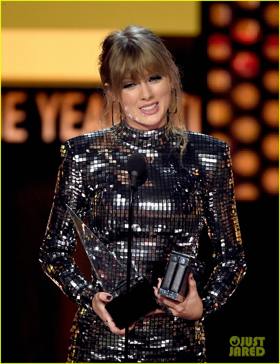 taylor swift teases the next chapter amas 044161897
