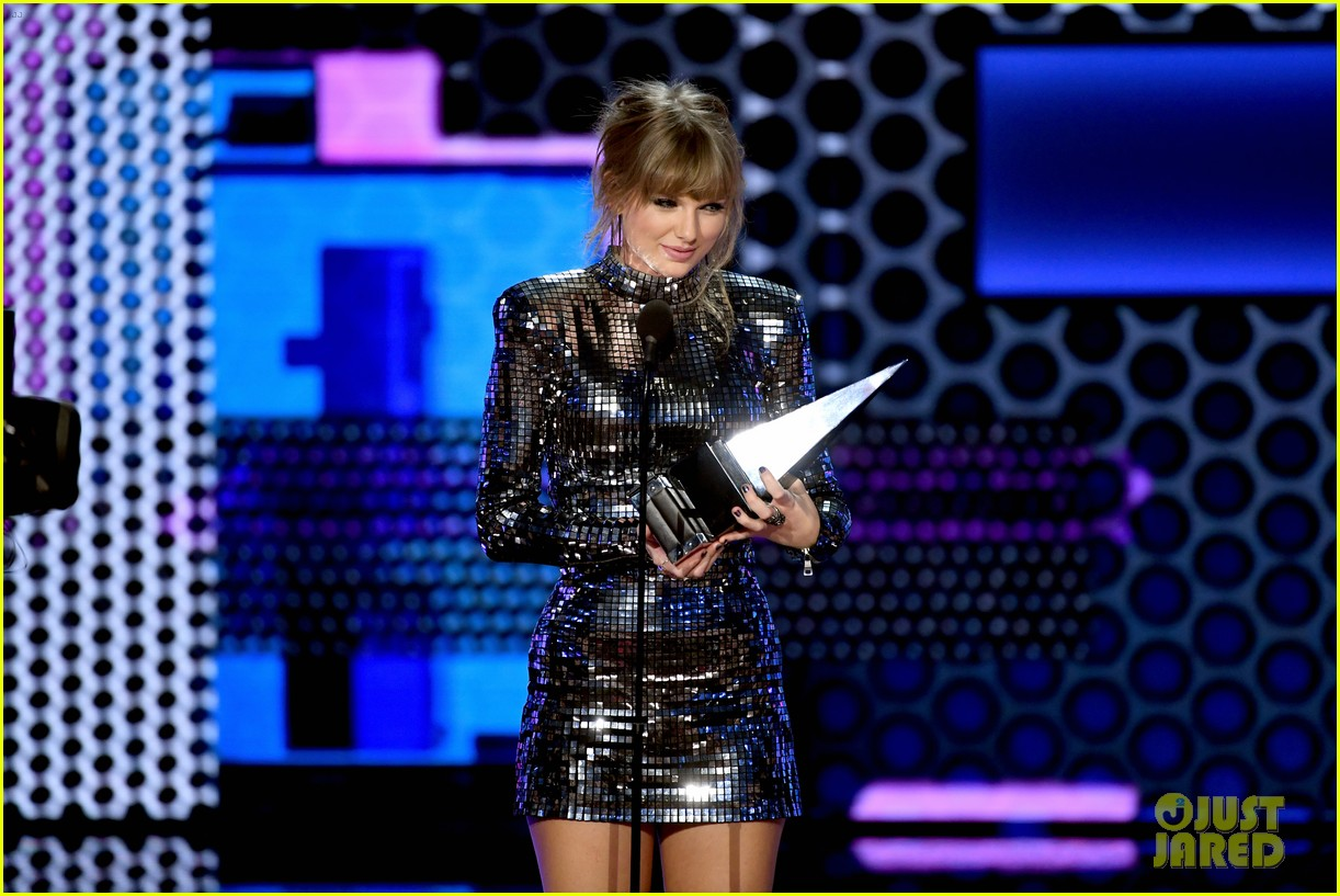 taylor swift teases the next chapter amas 054161898