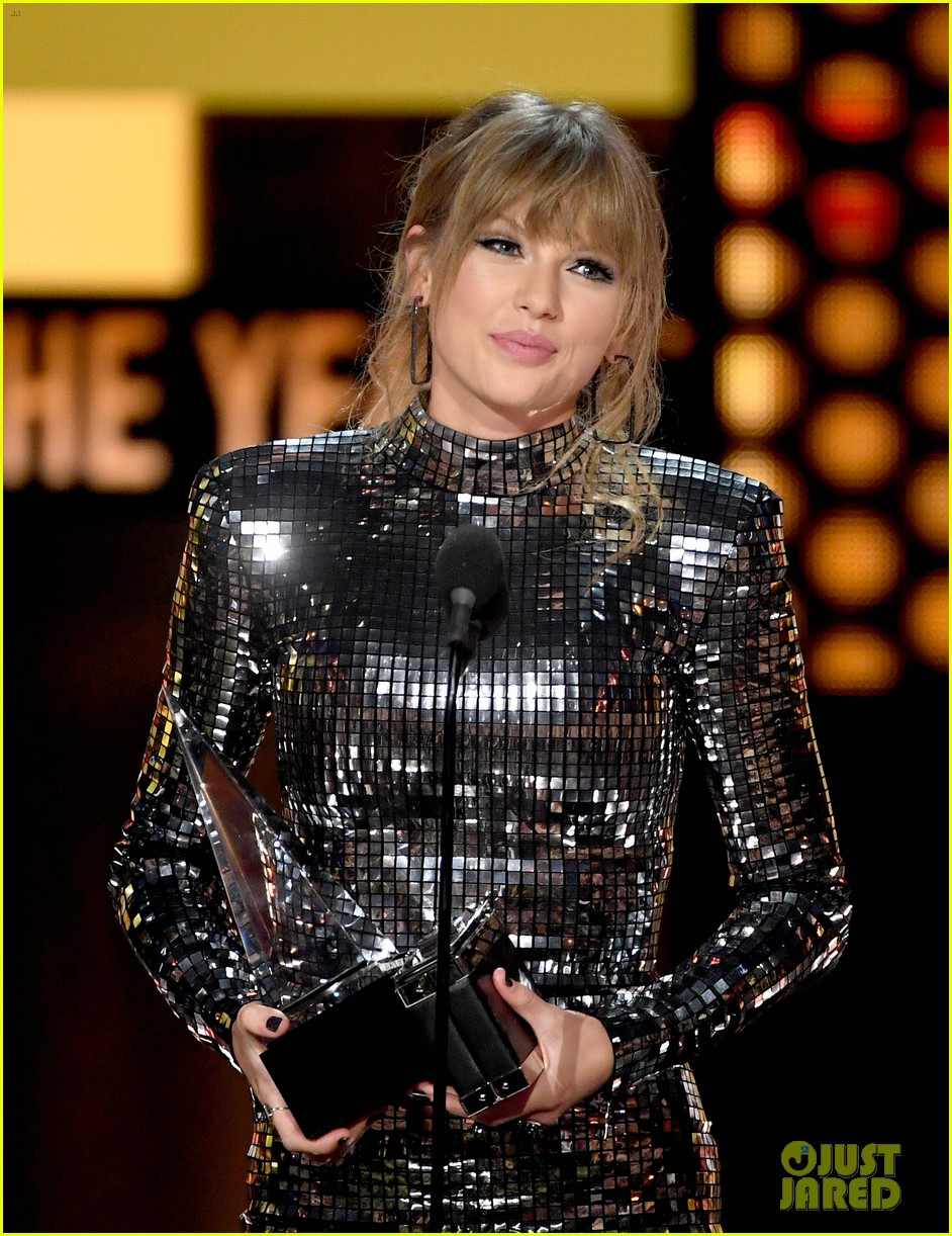 taylor swift teases the next chapter amas 074161900