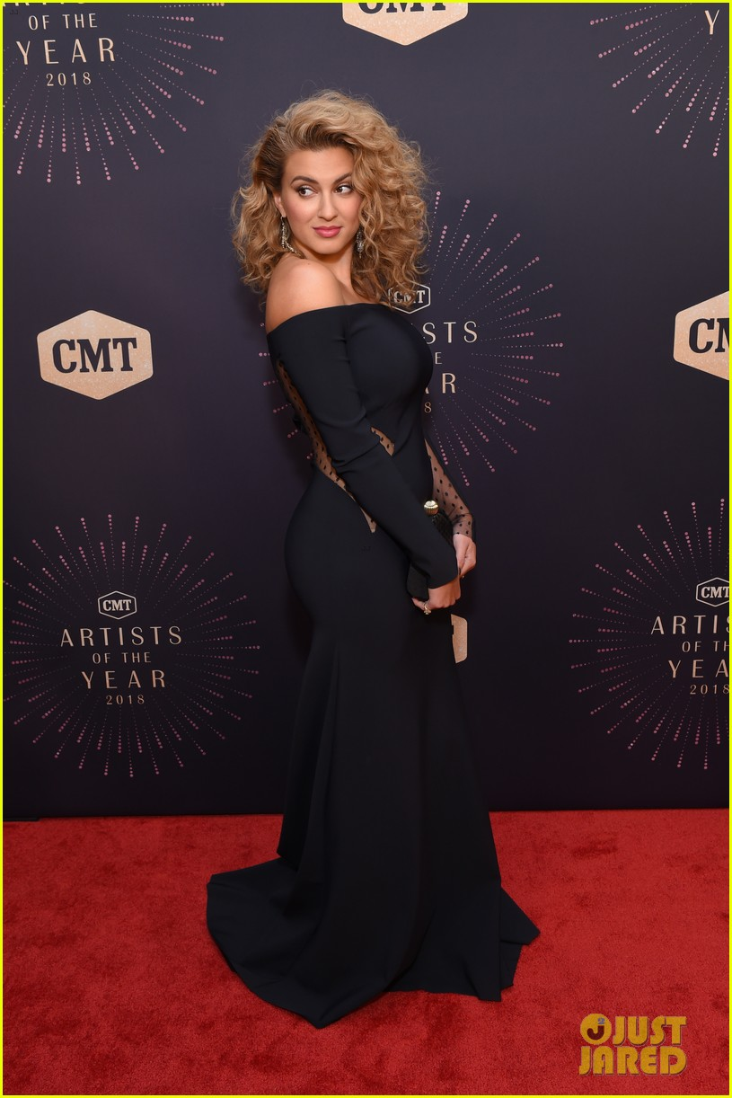 Pregnant Carrie Underwood Miranda Lambert Amp More Get Honored At Cmt Artists Of The Year 2018