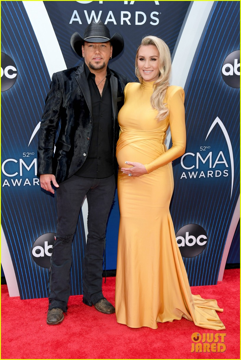 jason aldean is joined by pregnant wife brittany at cma awards 014182568