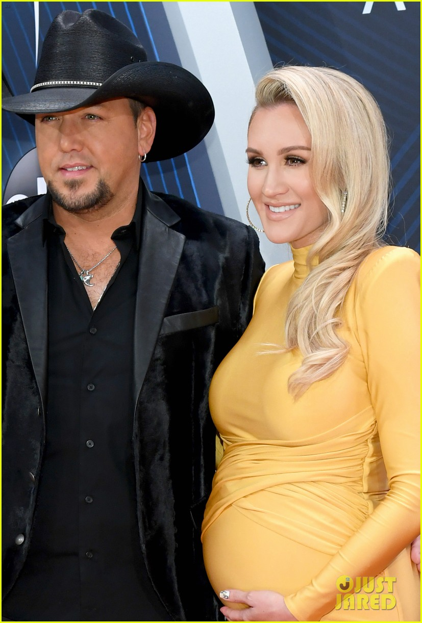 jason aldean is joined by pregnant wife brittany at cma awards 024182569