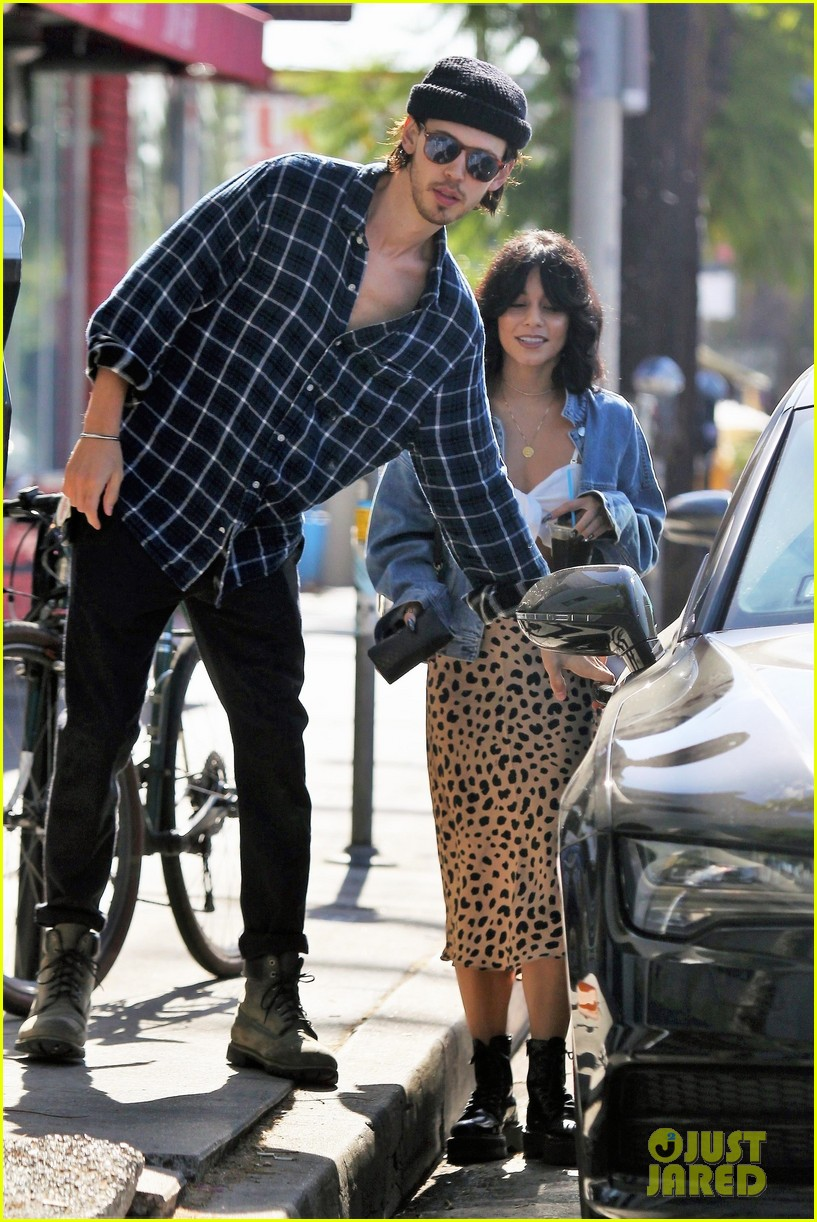 Vanessa Hudgens Amp Austin Butler Step Out For Coffee Run In