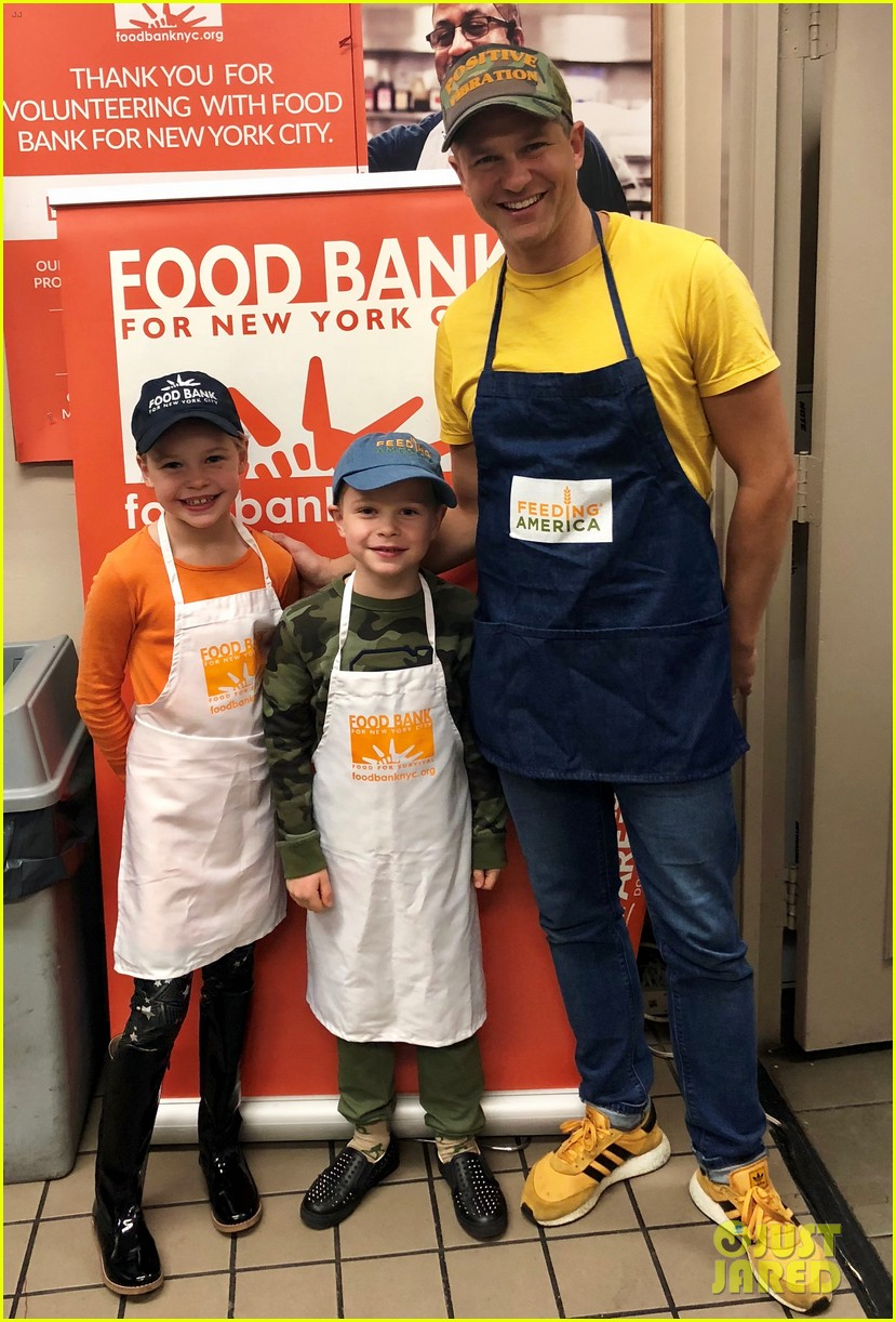nick cannon david burtka their kids dish out thanksgiving meals 034186531