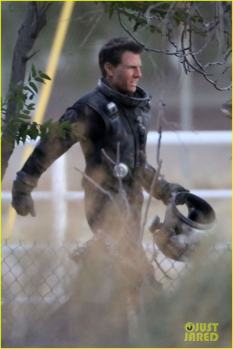tom cruise wears his cool flight suit on top gun