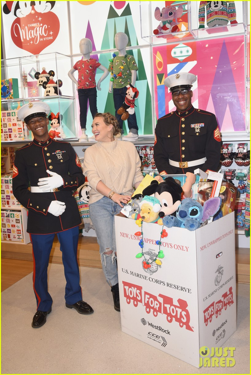 Disney Toys For Tots : Hilary duff helps kick off disney store s toys for tots