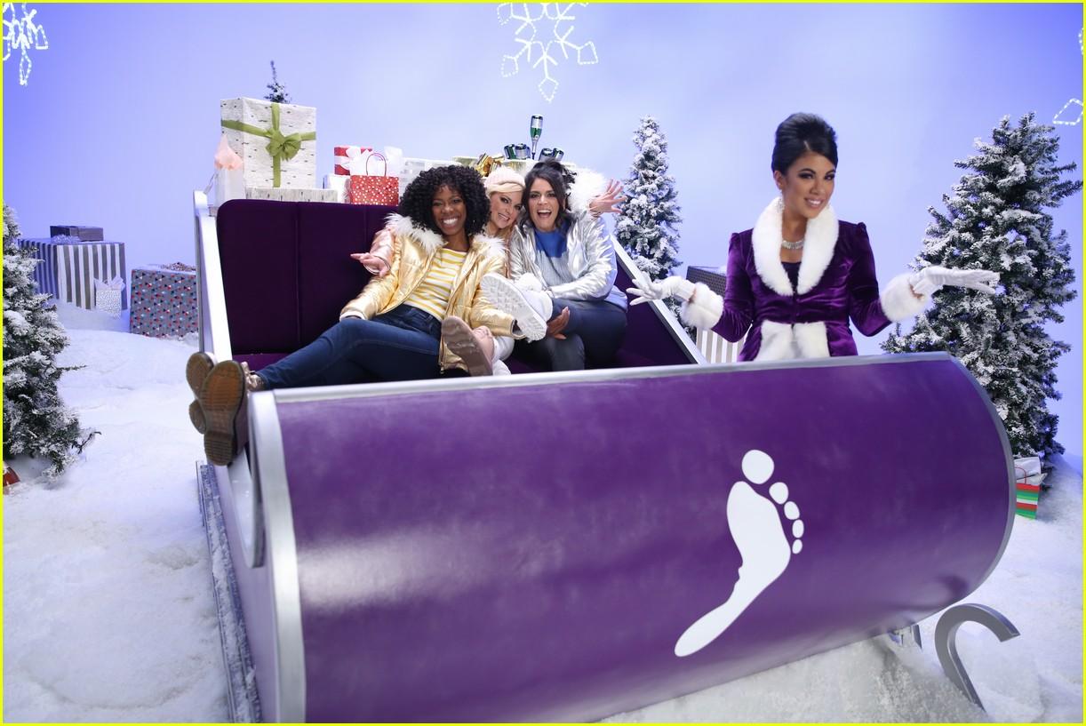 anna faris barefoot sleighin the holidays 044183457
