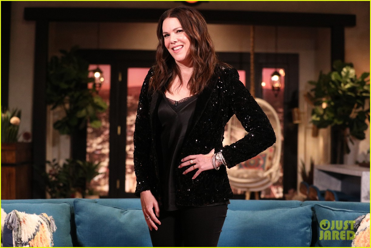lauren graham admits she doesnt remember meeting busy philipps on busy tonight 01