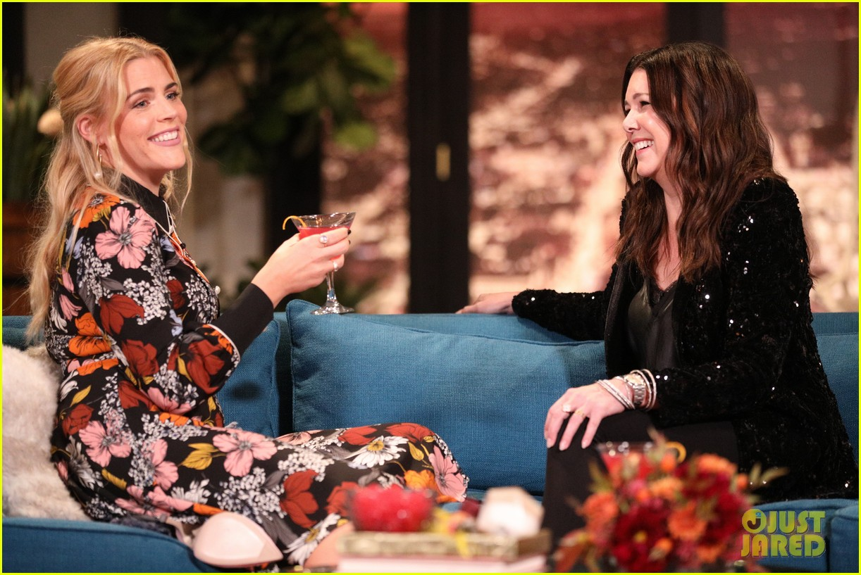lauren graham admits she doesnt remember meeting busy philipps on busy tonight 09