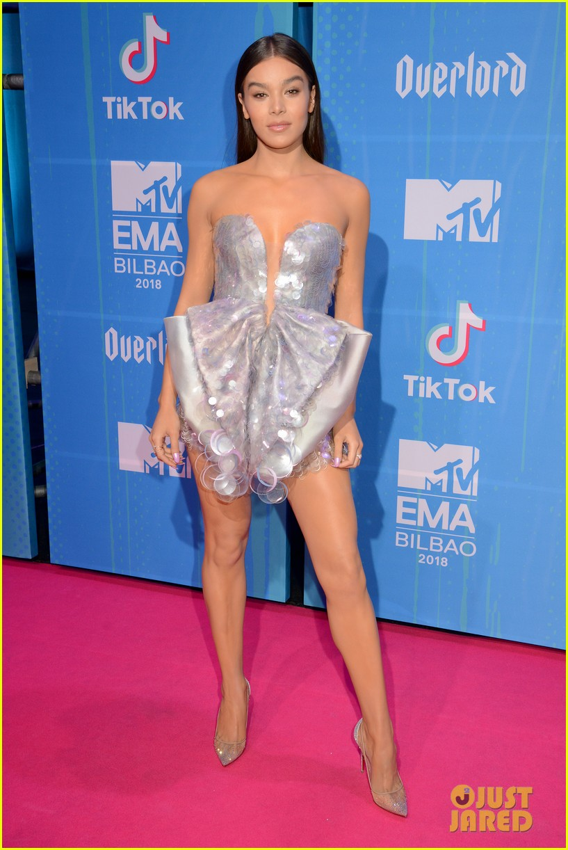 Hailee Steinfeld Wows In Silver At Mtv Emas 2018 Photo