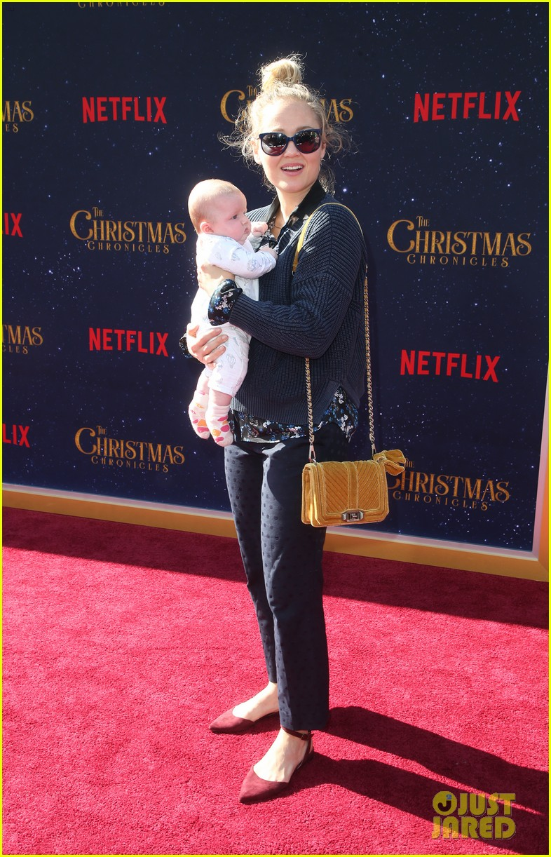 oliver hudson wife erinn bartlett couple up at the christmas chronicles l a premiere 024185072