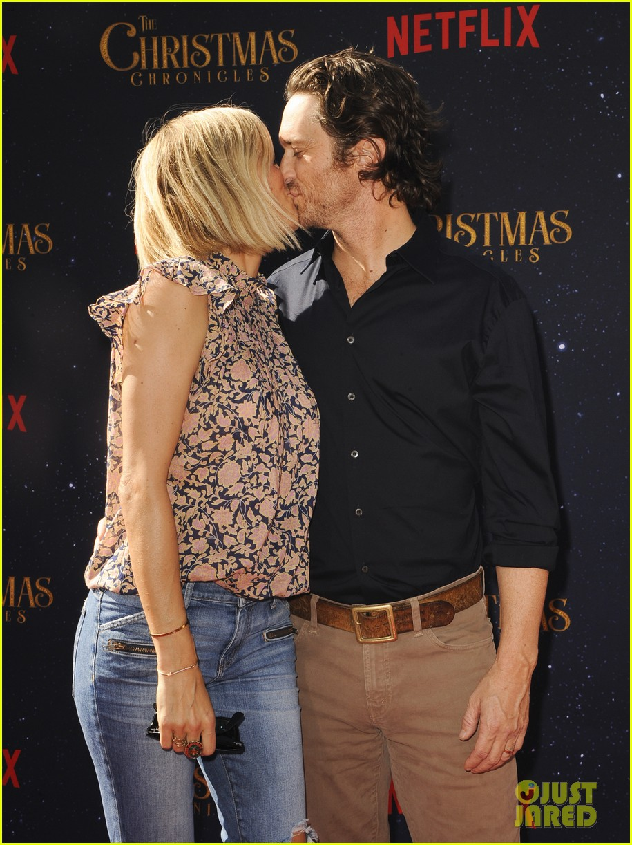 oliver hudson wife erinn bartlett couple up at the christmas chronicles l a premiere 044185074
