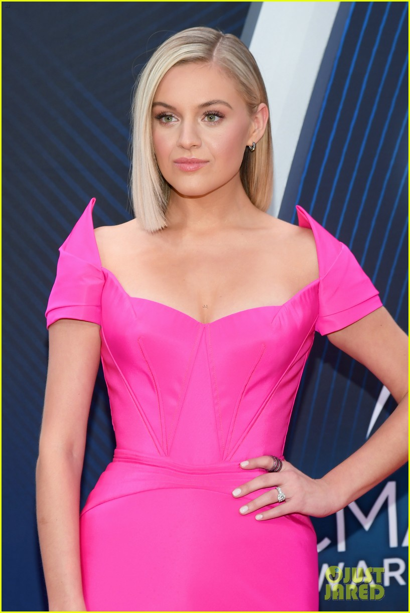 kelsea ballerini pink gown cma awards morgan evans 034182547