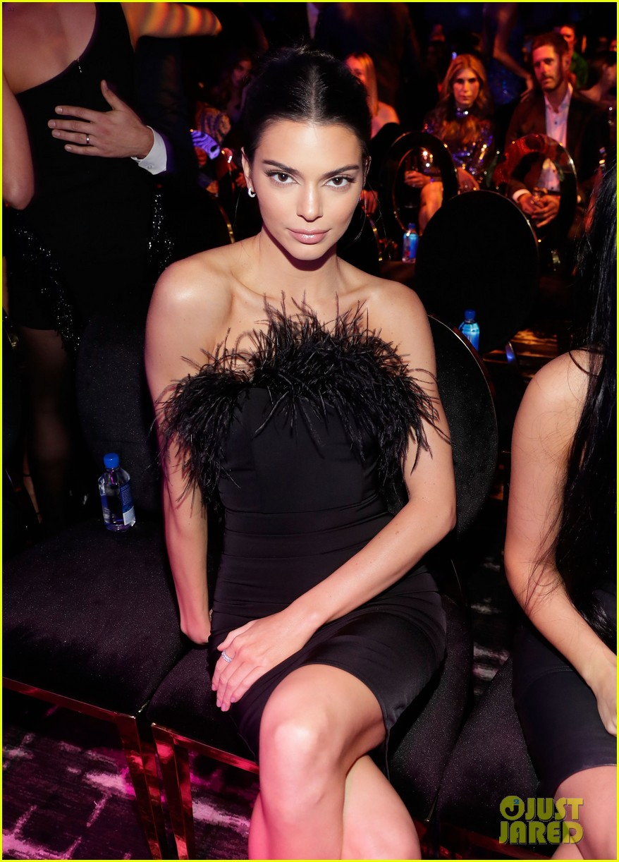 kendall jenner icon of the year revolve awards 2018 064179393