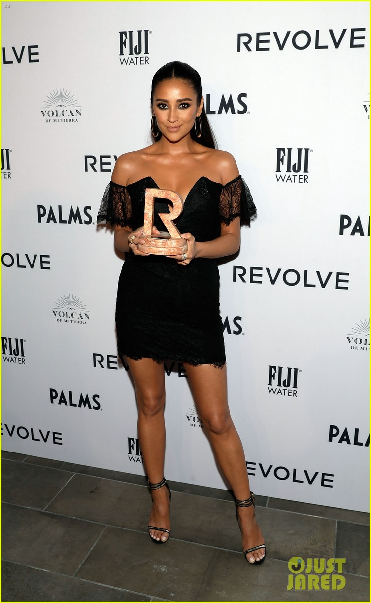 kendall jenner icon of the year revolve awards 2018 094179396