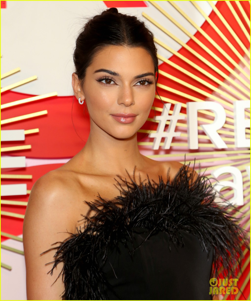 kendall jenner icon of the year revolve awards 2018 164179403