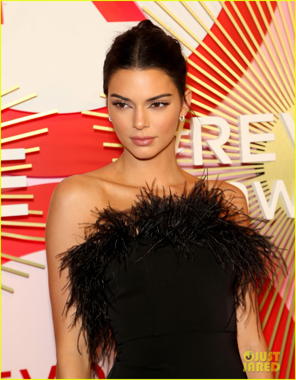 kendall jenner icon of the year revolve awards 2018 17
