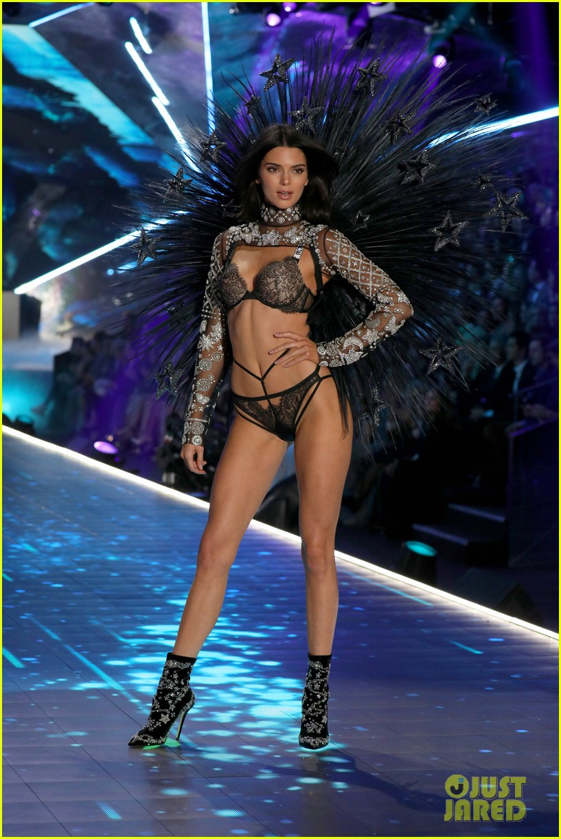 Kendall Jenner Returns To Victoria S Secret Runway For