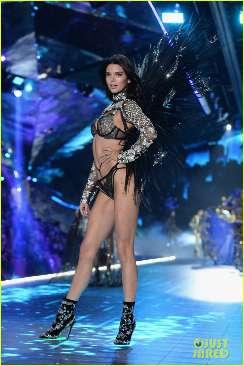 Kendall Jenner Returns To Victoria S Secret Runway For 2018 Fashion