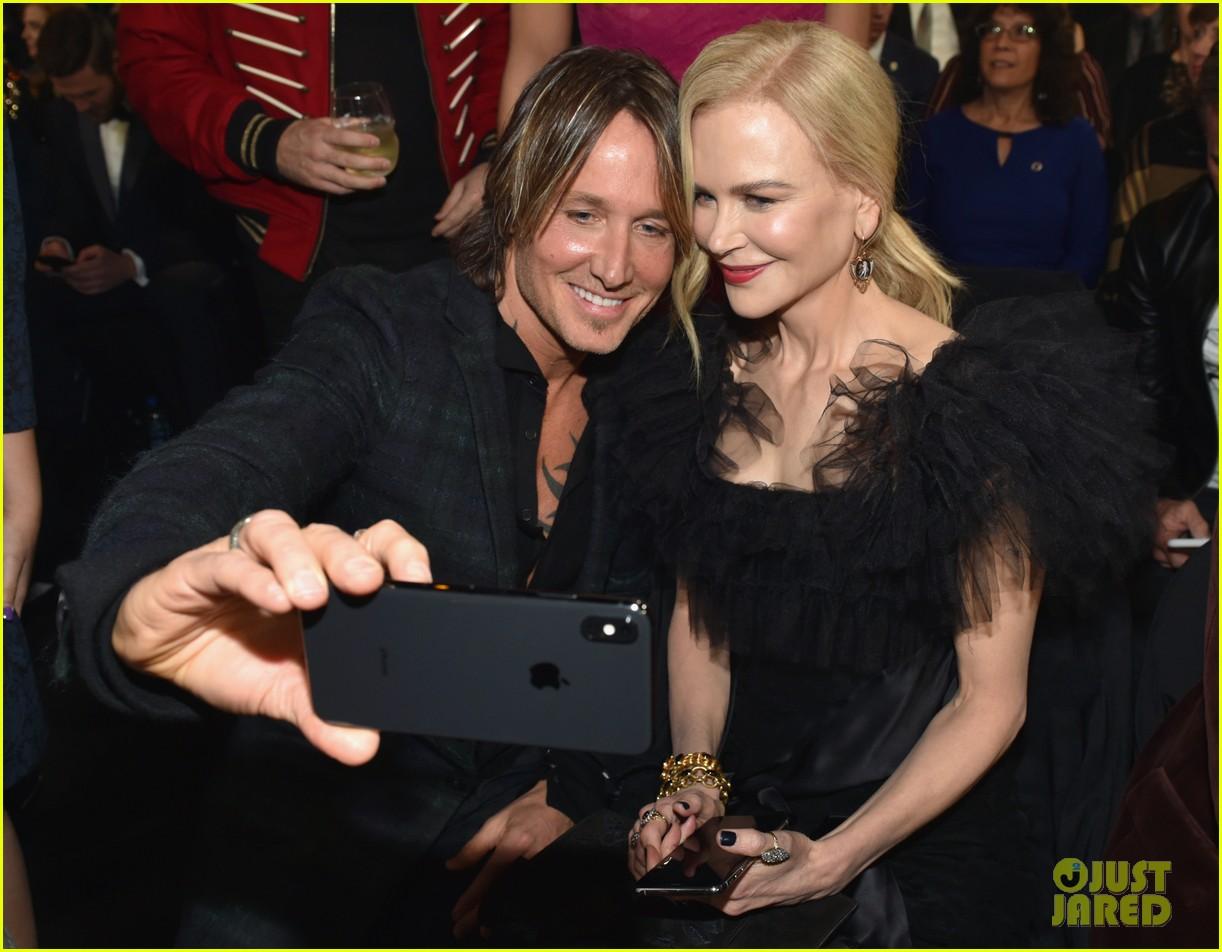 nicole kidman and keith urban snap a selfie at cma awards 2018 044182701
