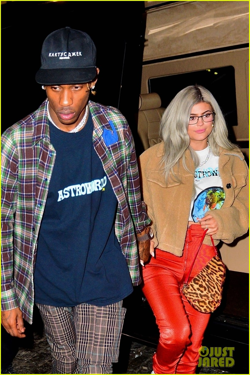 kylie jenner travis scott hold hands after his nyc concert 024188875