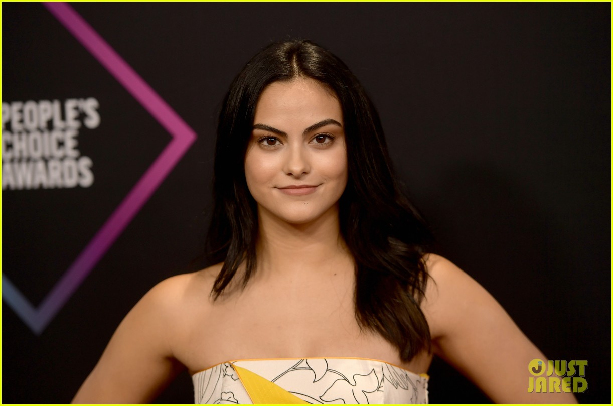 camila mendes sabrina carpenter peoples choice awards 2018 044180594
